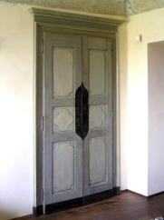 armadio a muro ottenuto con due battenti del 18° secolo, il telaio è nuovo ma invecchiato con una opportuna verniciatura.