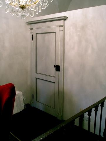 primo '800 con serratura esterna, decorazioni in varie tonalità di grigi