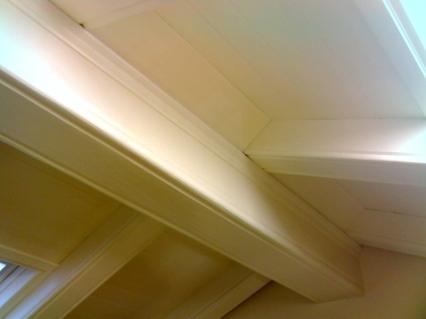 rivestimento-di-soffitto-esistente-con-materiale-leggermente-anticato