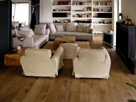Capalbio, soggiorno con pavimento in listone di rovere termotrattato.